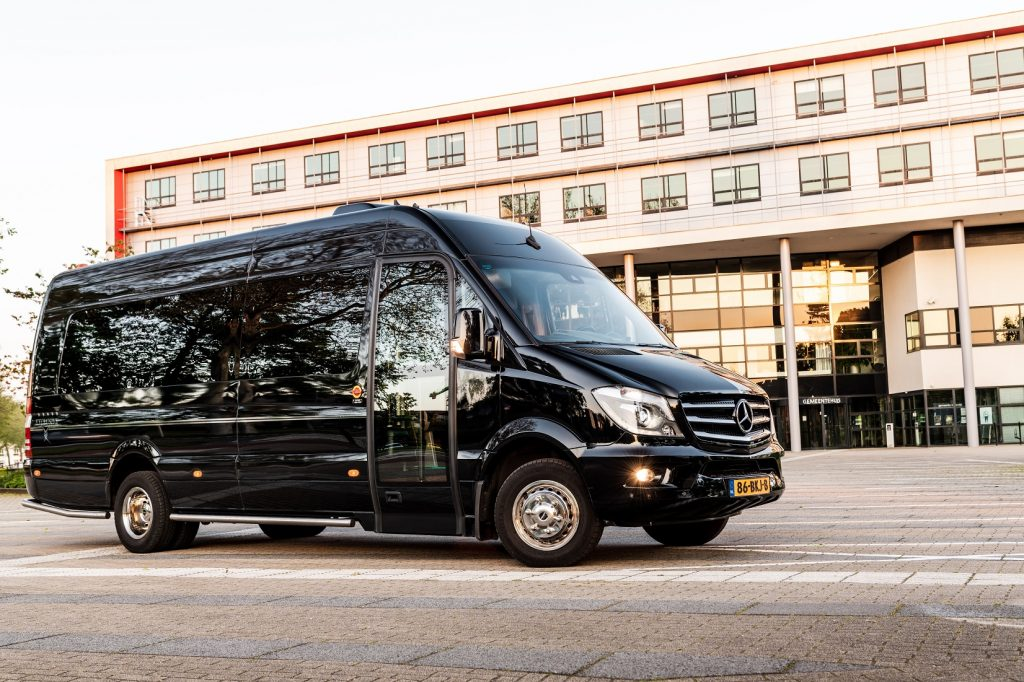 Zwarte Vip bus 16